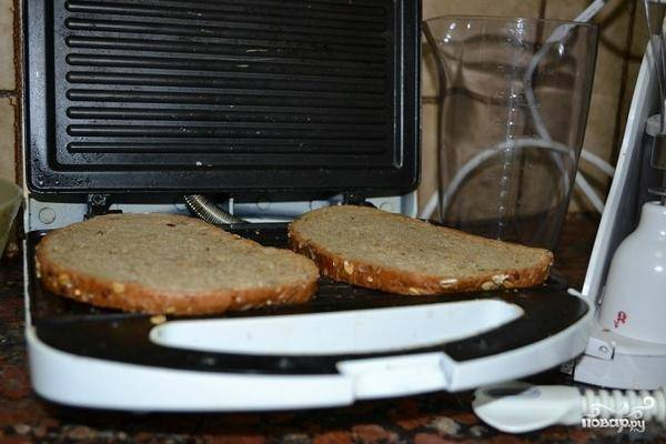 Кусочки хлеба поджариваем при помощи тостера.