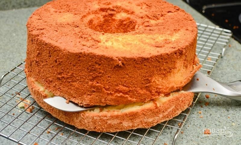 Разделите остывший бисквит на 2 или 3 части.