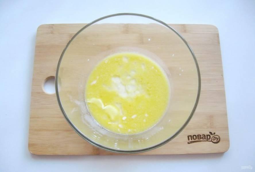 В миску налейте теплое молоко, добавьте растопленное сливочное и подсолнечное масло.