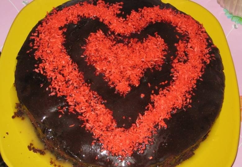 4. Пока пирог запекается, на водяной бане растопим шоколад. Как только верхушка коржа зарумянится, - поливаем сверху растопленным шоколадом и украшаем кокосовой стружкой.