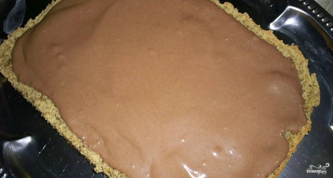 7.Бисквитные коржи смазываем полученным шоколадным кремом. Отдельно делаем глазурь: для этого просто растапливаем шоколад с маслом.