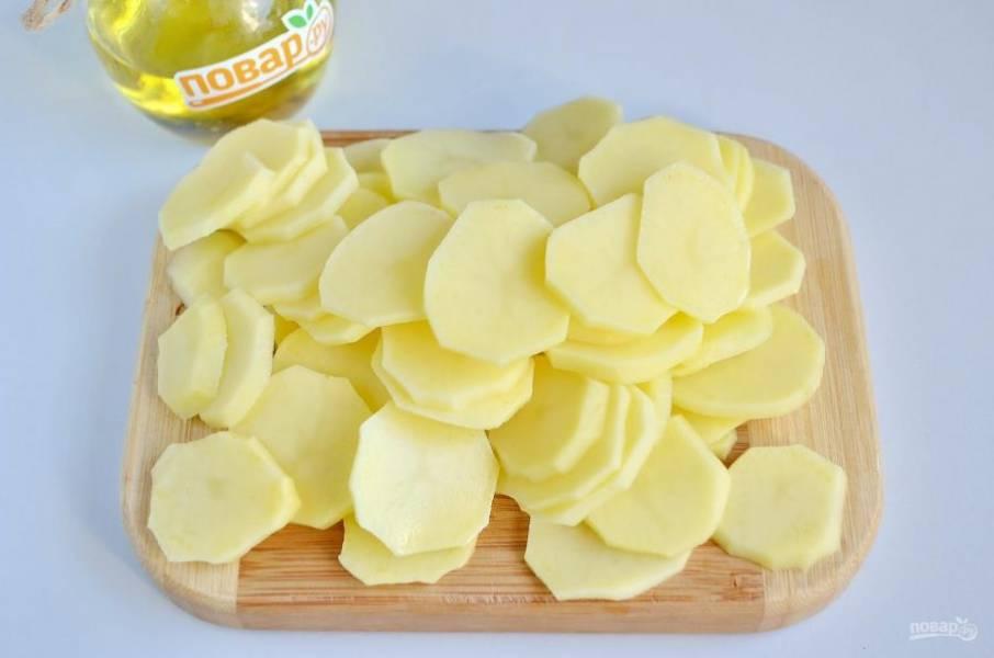 3. Очищенный и вымытый картофель порежьте тонкими кружочками.