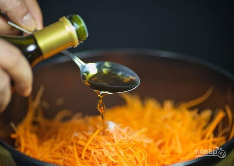 Добавьте соль и перемешайте. Затем добавьте сахар и хорошо вымешайте морковь руками. Влейте уксус, перемешайте и оставьте миску на 30 минут.