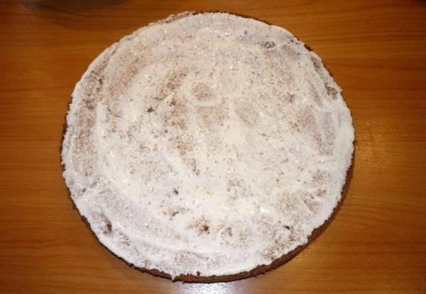 9. Корж поменьше будет использоваться как основа. Ему необходимо придать форму и обильно смазать кремом.