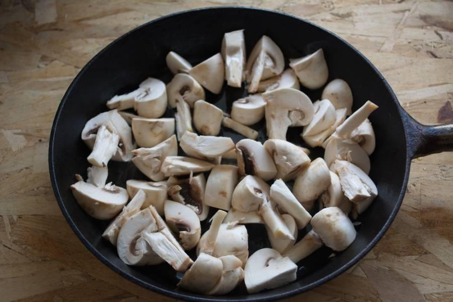 На сковороде  (хорошо разогретой) с растительным маслом обжариваем грибы. Жарим на сильном огне, помешивая. Время — 10 минут.