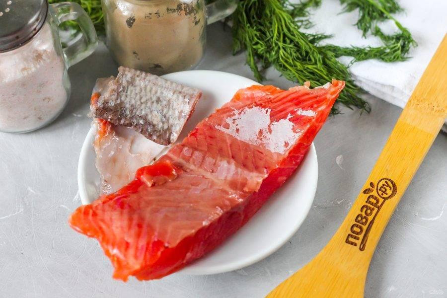 Кусочек рыбы промойте в воде, острым ножом срежьте с него кожицу с чешуей и еще раз промойте.