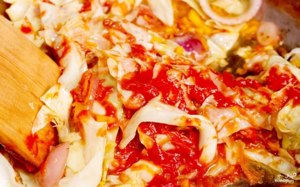 Затем добавьте томатную пасту и все специи. Перемешайте, потушите до полной готовности капусты.
