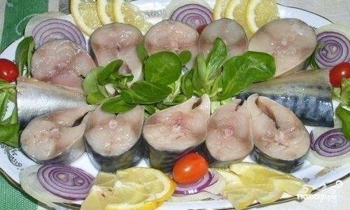 Проведя 12 часов в холодильнике, нежная скумбрия готова радовать вас и ваших близких. Приятного аппетита!