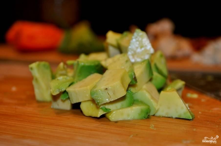 5. Очистите авокадо и нарежьте кубиками. Авокадо долден быть спелым и довольно мягким.