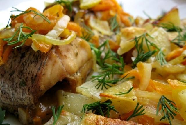 А по истечении времени раскладываем ароматную рыбку по тарелочкам и наслаждаемся ее восхитительным вкусом. Приятного всем аппетита!