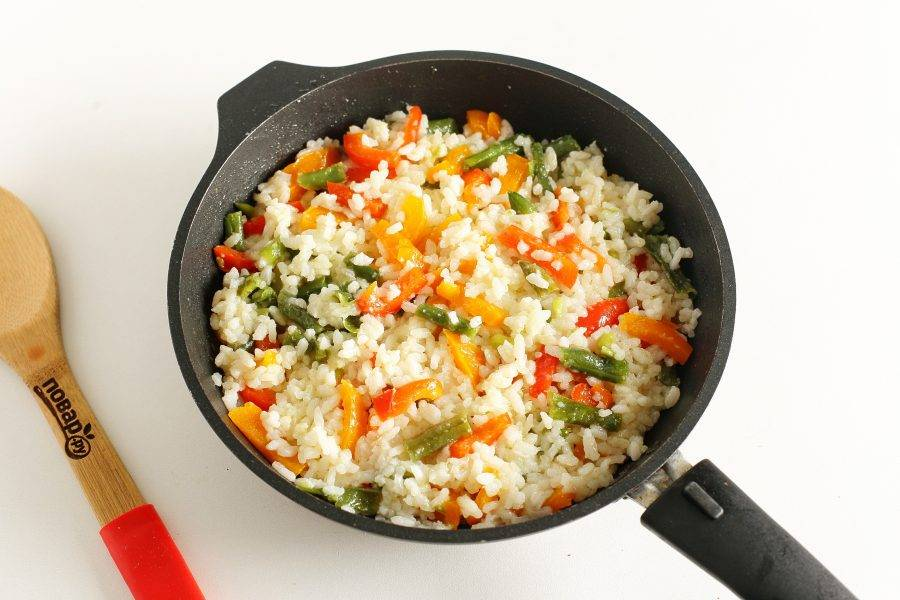 """Добавьте рис и соль по вкусу. Можно добавить любые специи. Прогрейте все вместе в течение 5 минут. Рис """"Светофор"""" готов."""