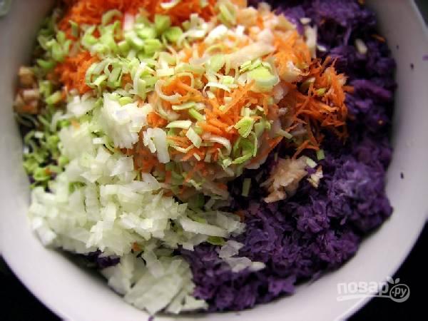 3. Соедините овощи в миске. Смешайте ложечку соли, перец, оливковое масло и заправьте салат. Перемешайте перед подачей. Приятного аппетита!
