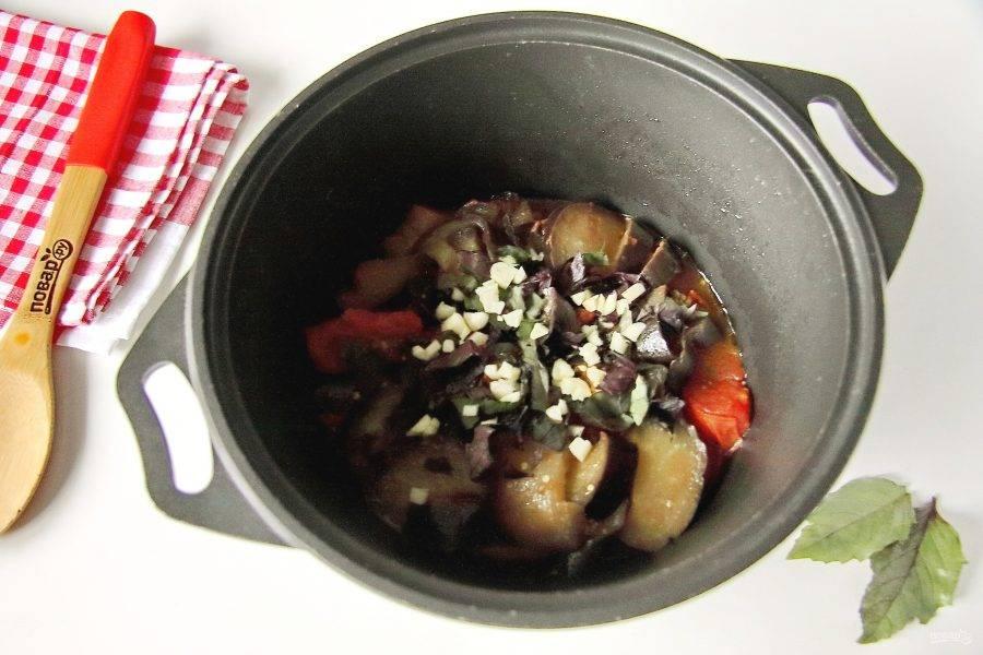 В конце добавьте нарезанный базилик и чеснок.