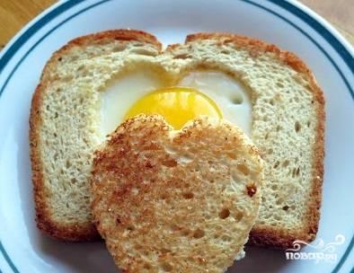 """2. Подавайте яичницу в хлебе """"Сердечко"""" с закрытым сердце. Пусть любимый вами человек откроет для себя тайну вашего сердца. Приятного!"""