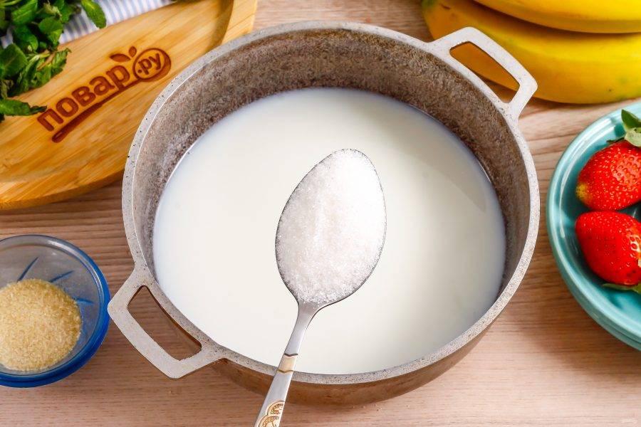 Сливки перелейте в казан или ковш с антипригарным дном, всыпьте туда сахарный песок и поместите емкость на плиту. Доведите практически до кипения и выключите нагрев. По желанию можно добавить немного ароматизатора: ванильный, цитрусовый и т.д.