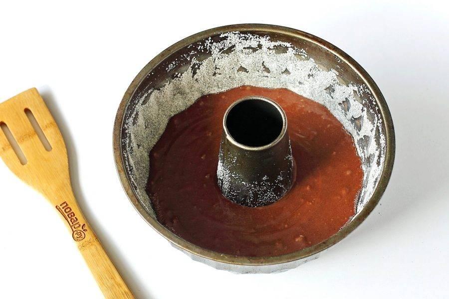 Перелейте тесто в смазанную маслом форму для запекания. Дно и бока которой предварительно обсыпьте мукой или манкой. Запекайте в духовке при температуре 175 градусов около 30-35 минут.