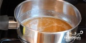 Приготовьте заливку. Воду смешайте в кастрюле с вареньем и агар-агаром. Доведите смесь до кипения. Прокипятите полминуты и снимите с огня.