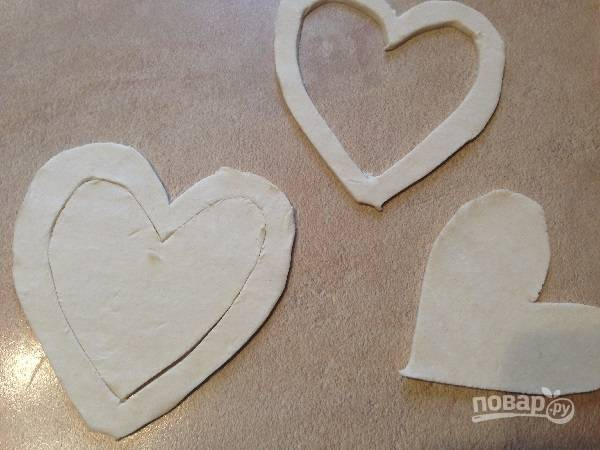 2. Затем из 4 заготовок вырежем середину, оставляя контуры сердец шириной примерно в 1 см.
