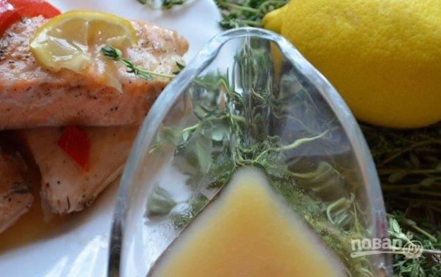 6.Оставшуюся жидкость ни в коем случае не выливаю, а сливаю в соусник – это готовый кисло-сладкий соус.