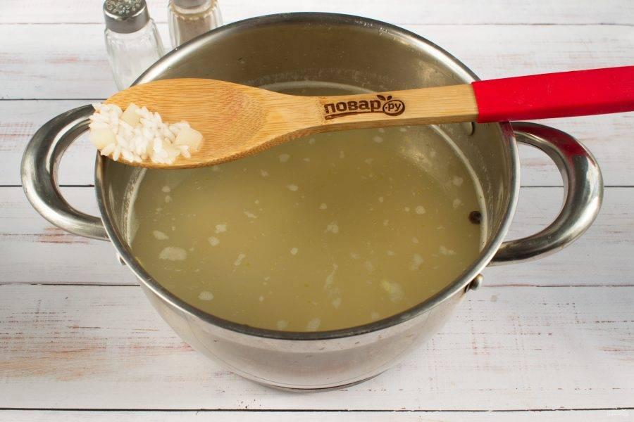 Добавьте в бульон рис.