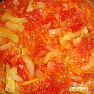 Через пару минут добавьте в сковородку потертые помидоры. Тушите в течение 4-5 минут.