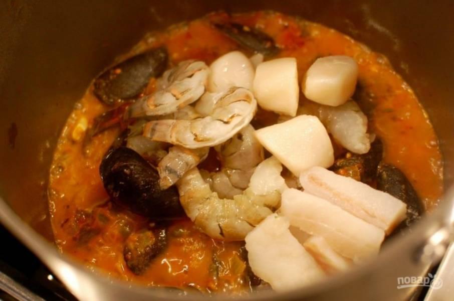 7.Добавьте очищенные креветки, филе рыбы без костей, остальные морепродукты, готовьте еще 3-5 минут.