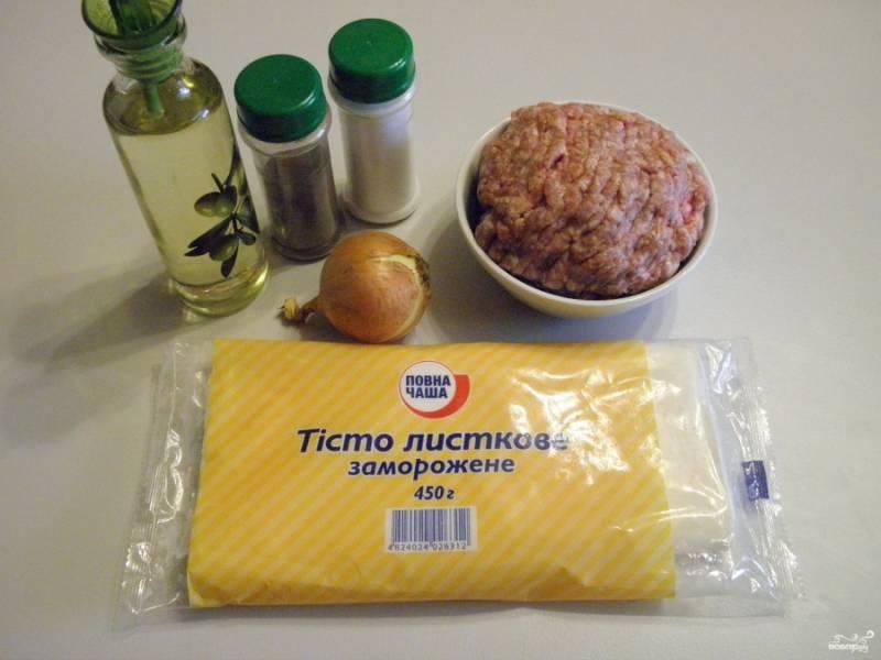 Приготовьте продукты для рецепта. Из 0,5 кг теста получается 10-12 чебуреков.