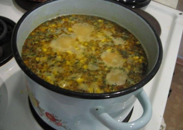 5. Когда уже картофель сварится, - добавим в бульон зажарку со сковороды, горошек, измельченные яйца и курицу. Варим еще 5-10 минут.