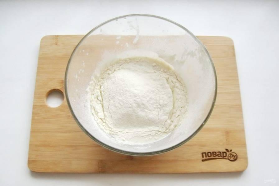 Приготовьте опару. В теплое молоко добавьте столовую ложку сахара, дрожжи и две-три столовые ложки муки.