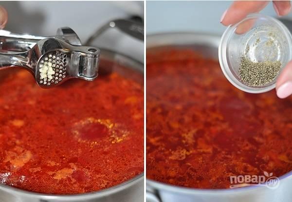 6. Добавьте чеснок и перец. Готовый борщ снимите с огня и оставьте под крышкой на полчаса. Перед подачей добавьте зелень и сметану по вкусу. Приятного аппетита!
