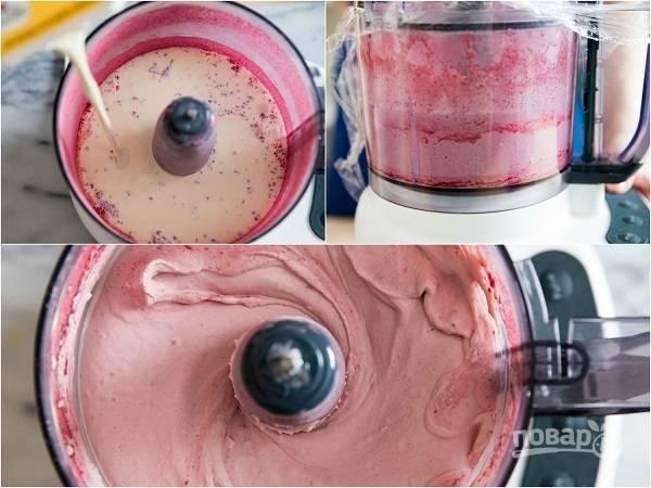 6. Продолжая взбивать, добавьте сливки. Крем должен получиться воздушным.