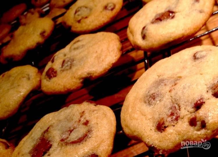 7.Переложите печенье на решетку для остывания и оставьте на 5-10 минут.