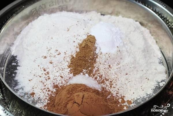 1. Включите духовку, оставьте ее разогреваться до 170 градусов. В глубокой мисочке соедините сухие ингредиенты: просейте муку, какао, разрыхлитель, соль.
