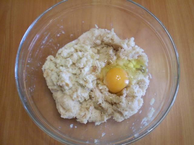 6. Добавляем хлеб к фаршу, также вбиваем яйцо. Регулируем соль, добавляем специи по вкусу.