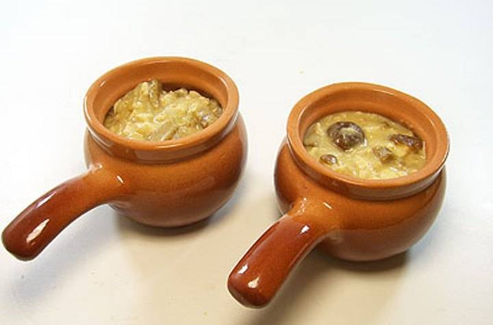 Содержимое сковороды разложите в кокотницы.