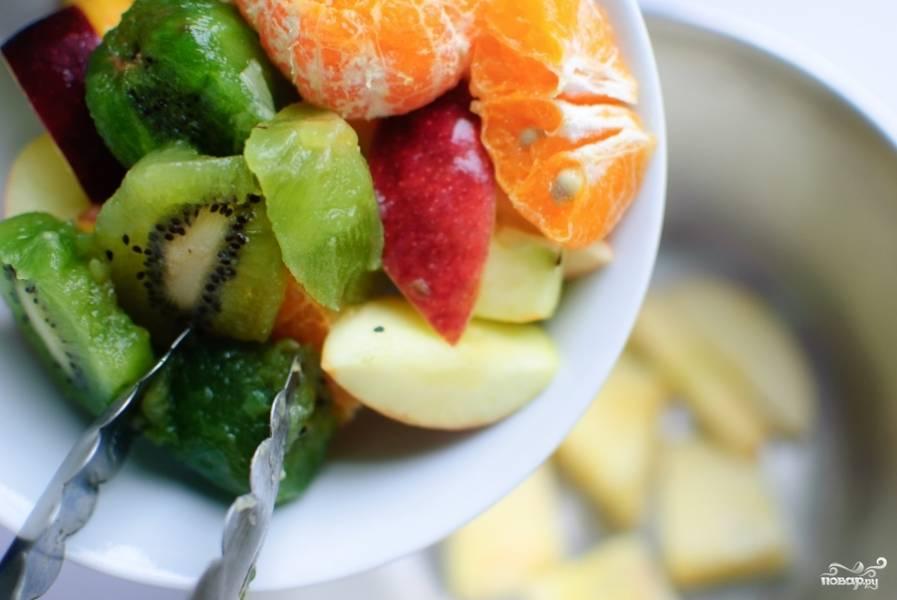 Затем выложите апельсин, киви и клубнику. Кстати, клубнику тоже лучше разделить на две или три кусочка.