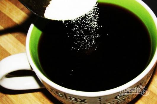 В свеже сваренном кофе растворите сахар. Остудите напиток.