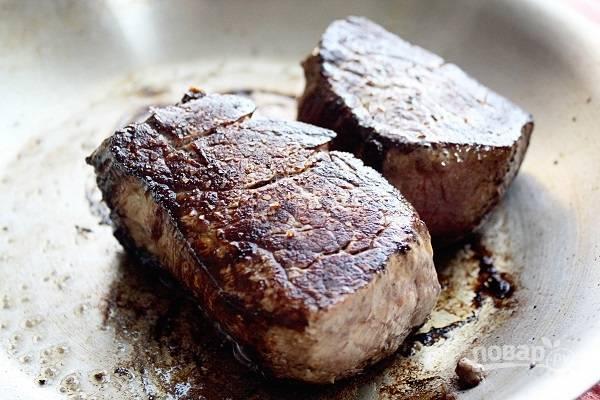 2. На сковороде разогрейте оливковое масло. Выложите говядину и жарьте по 5 минут с каждой стороны, а после еще по 2.