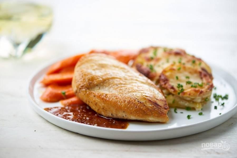 6. Подавайте курицу с картофелем и морковью. Рядом добавьте соус. Приятного аппетита!