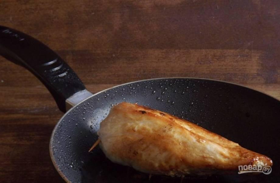 Выложите филе в сковороду на масло, в котором обжаривался перец. Затем зарумяньте его со всех сторон в течение нескольких минут. Затем накройте крышкой и тушите еще десять минут на медленном огне до полной готовности.