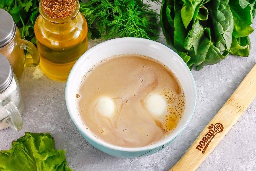 В пиале или глубокой тарелке заварите чай. Влейте туда же жидкий дым, добавьте 2 щепотки соли. Тщательно размешайте. Очистите отварные куриные яйца от скорлупы, промойте их и опустите в подготовленный раствор.