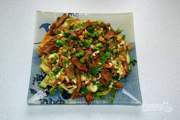 15. Сверху выложите оставшееся мясо, присыпьте свежей зеленью и измельченными орешками.