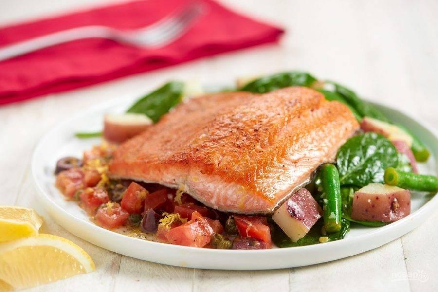 6. Для подачи выложите на тарелку с одной стороны тёплый салат, а с другой — холодный. Сверху положите форель. Добавляйте сок лимона по вкусу. Приятного аппетита!