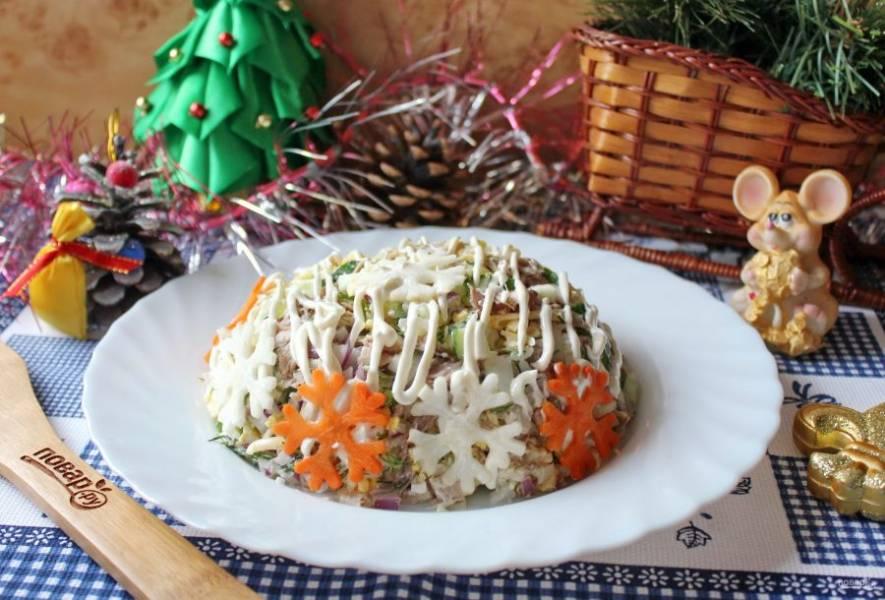 """Салат """"Снежинка"""" с курицей готов. С помощью плунжера вырежьте снежинки из моркови и редьки и можно подавать к столу."""