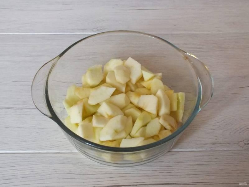 Яблоки очистите от кожуры, семенной коробочки. Нарежьте небольшими кусочками, сложите в чашу и поставьте в микроволновку. При максимальной мощности запеките в течение 4 минут до размягчения.