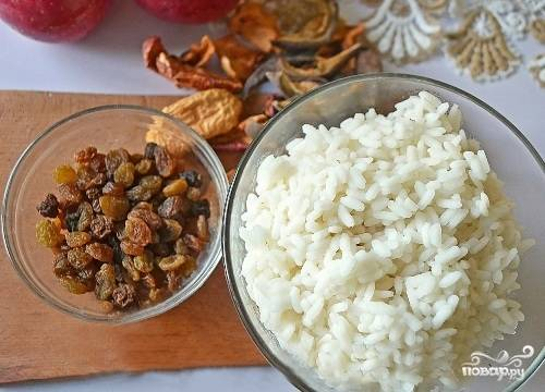Для начинки мы берем отварной рис, замоченный в теплой воде изюм и сухофрукты. У меня сушеные яблоки и груши. Можно их заменить на курагу или чернослив.