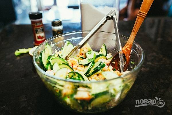 3. Добавьте креветки и полейте все заправкой. Аккуратно перемешайте. Мой вам совет: оставьте салатик в холодильнике на час перед подачей. Тогда он будет еще более ароматным.