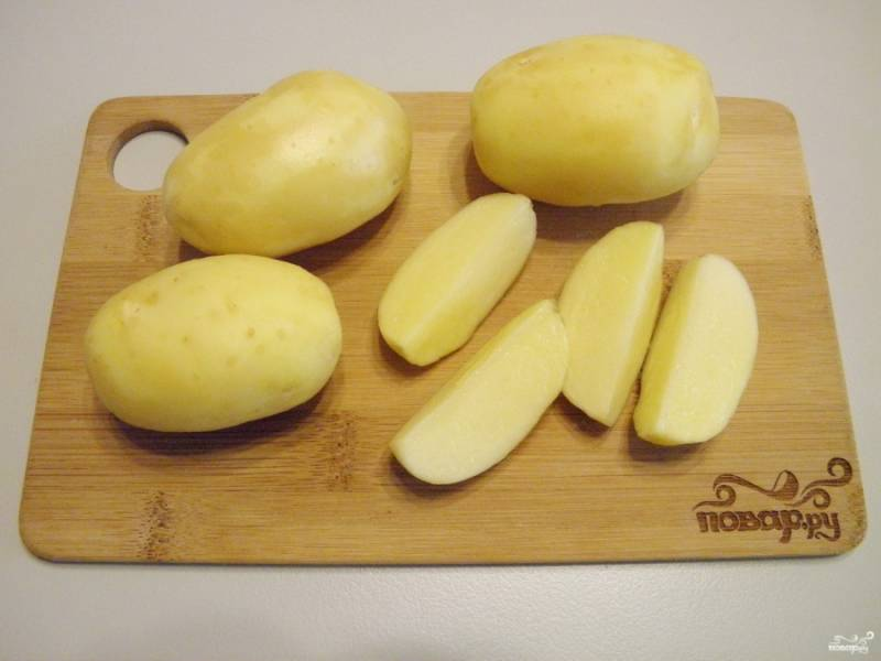 Картофель тщательно вымойте, снимите молодую кожуру. Обсушите картофель с помощью вафельного полотенечка, он должен быть сухим. Порежьте на 4-6-8 частей, в зависимости от размера картофелины. Но желательно, чтобы дольки были одного размера.