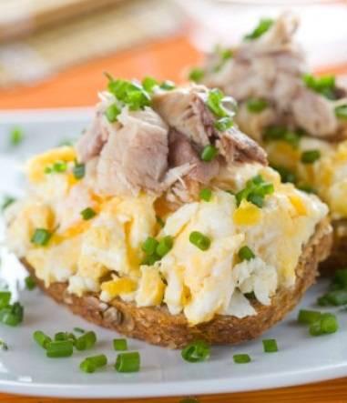 4. Рыбку можно использовать не только копченую или соленую, но и консервированную. На ломтик свежего или подсушенного хлеба выложить небольшое количество вареного яйца (колечком или предварительно размяв его вилкой). Сверху немного скумбрии и свежей зелени.