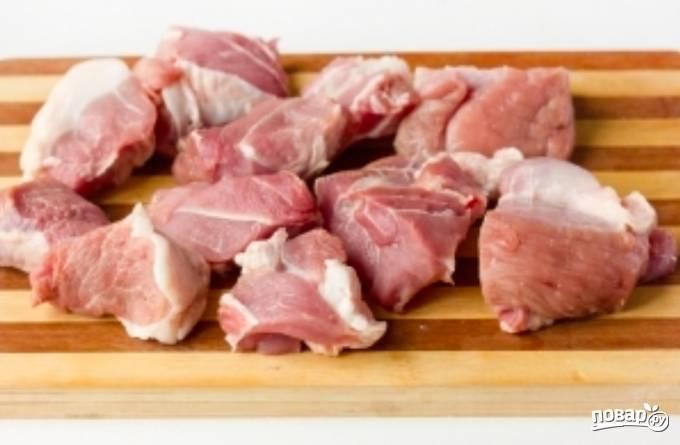 Первым делом нарежем мясо довольно крупными кусочками. Присолим его, поперчим и обваляем в муке.